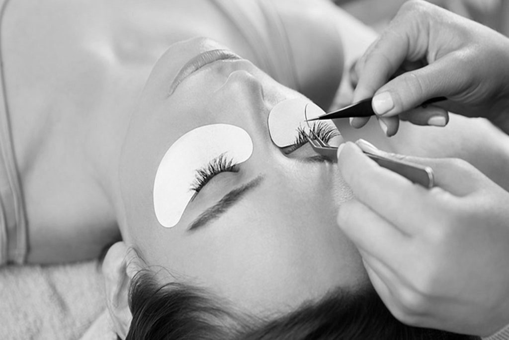 Lash extensions in windsor colorado in a beautiful house and relaxing atmosphere